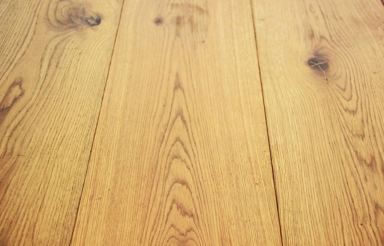 Zabezpieczenie podłóg drewnianych. Lakierowanie podłóg – Lakierobejca woskowa. Salon podłóg w Gdynii