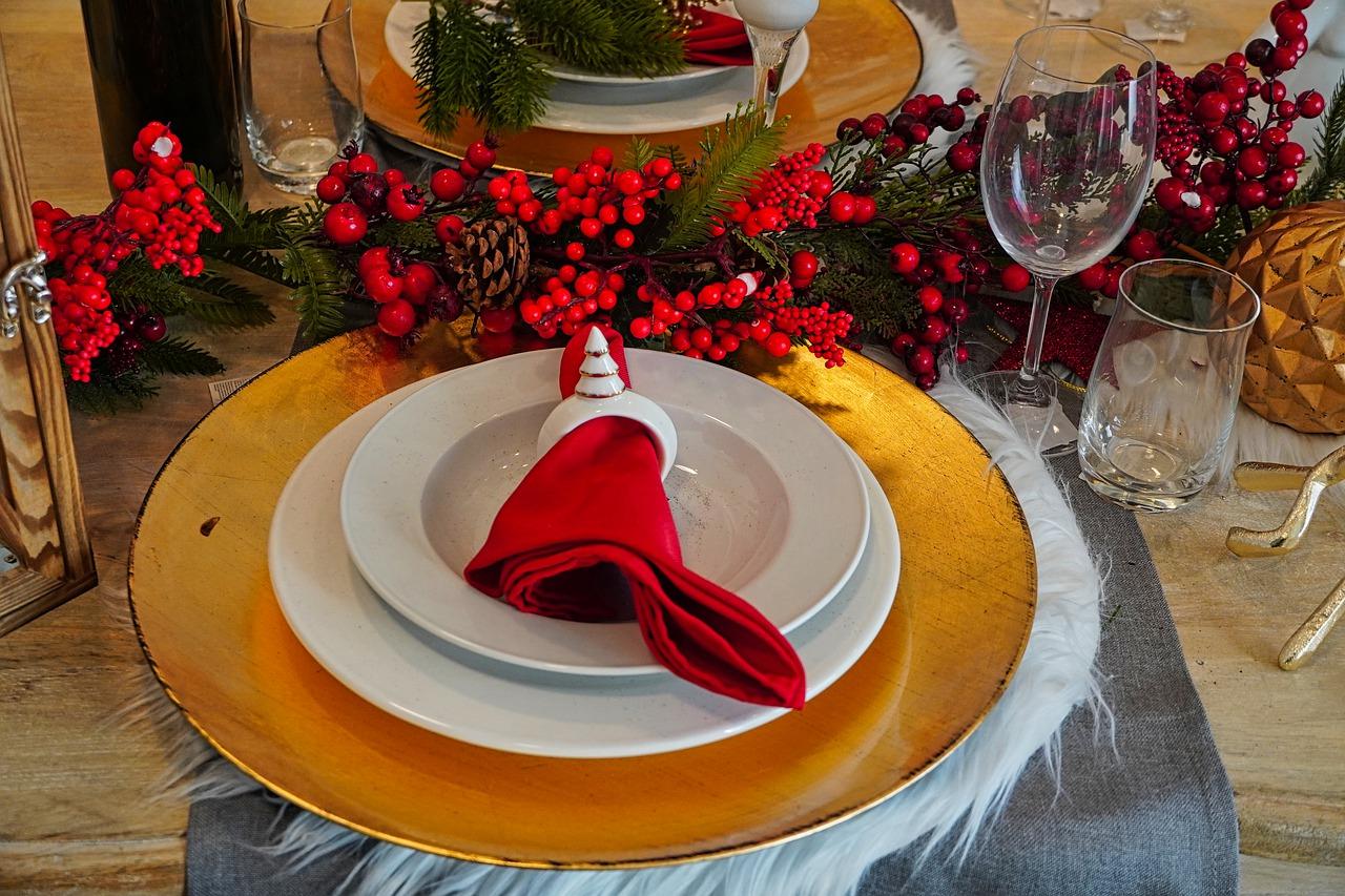 Aranżacja sali weselnej – złote dekoracje stołu